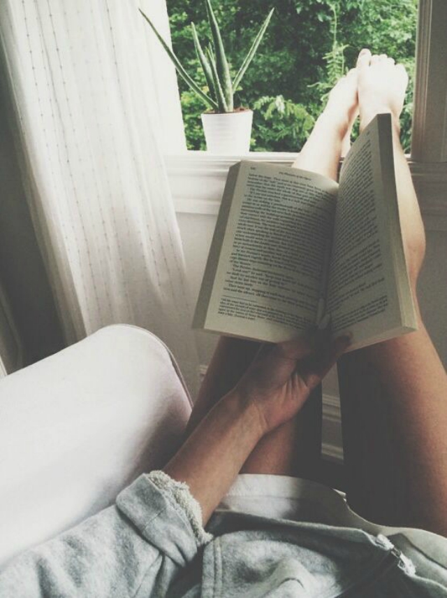 chica-leyendo-ventana